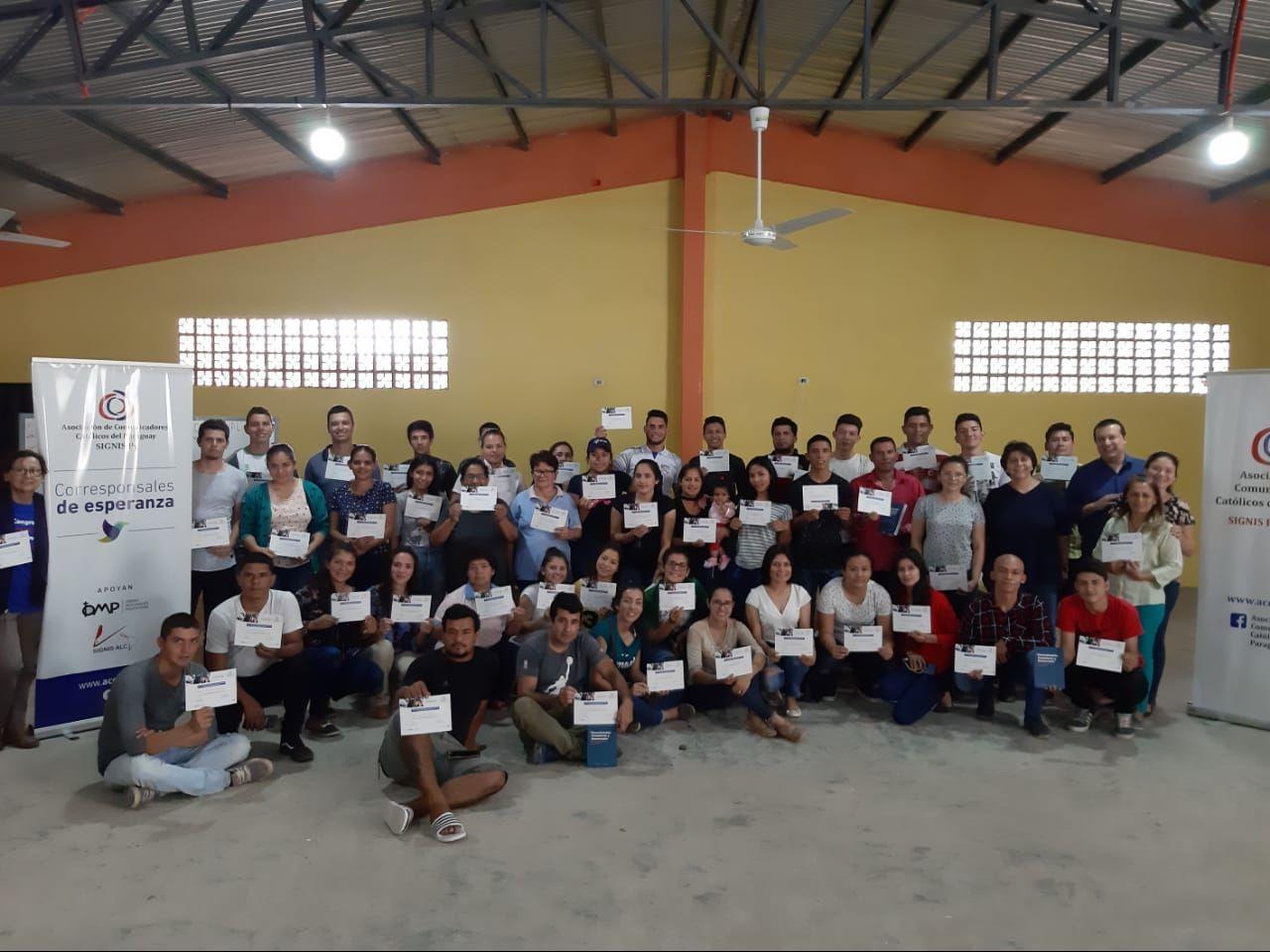los-jovenes-con-sus-certificados-162910000000-1847351.jpg