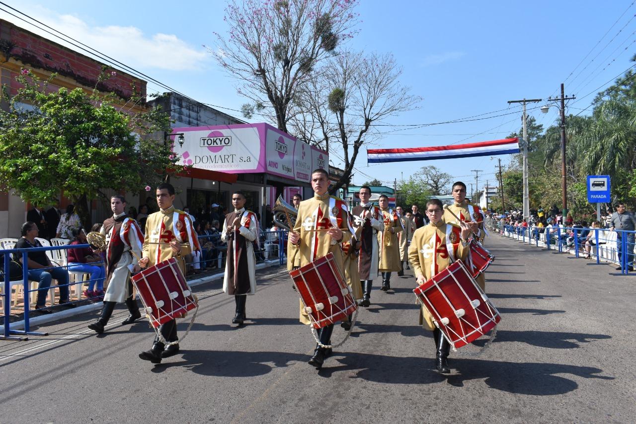 Participantes del desfile por el aniversario de la ciudad de Ypacaraí.