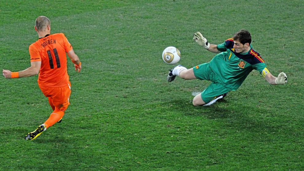 Iker Casillas y su histórica parada a Robben (Foto: EFE).